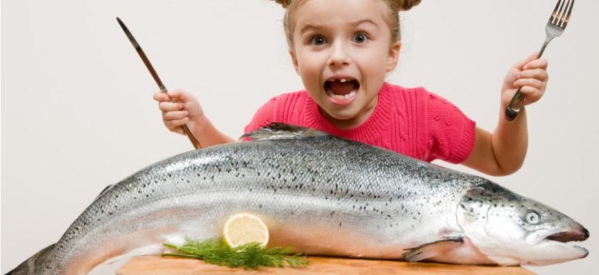 devochka-est-rybu
